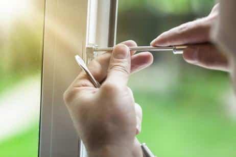 Cómo reparar la pestaña de cierre de una ventana