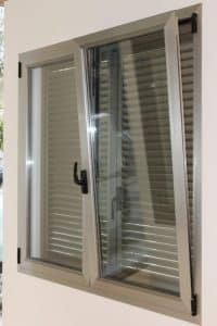 reparación de ventana en Zaragiza atascada por la humedad
