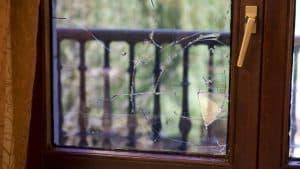 Reparación ventana rota marco de madera